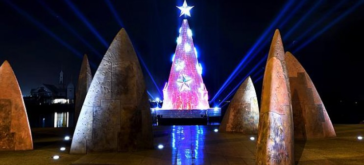 Geelong floating Christmas Tree section rolling